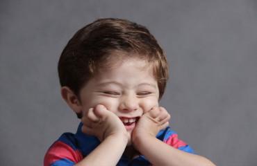 ילד שטוב לו - נראה חינני יותר. לשנות את הבעת הפנים